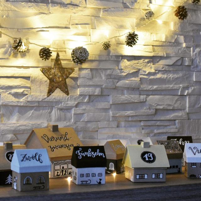 Eine kleine WeihnachtsAdventskalenderStadt fr den kleinen Zwacki Die unterschiedlichen Pappmaschehuschenhellip